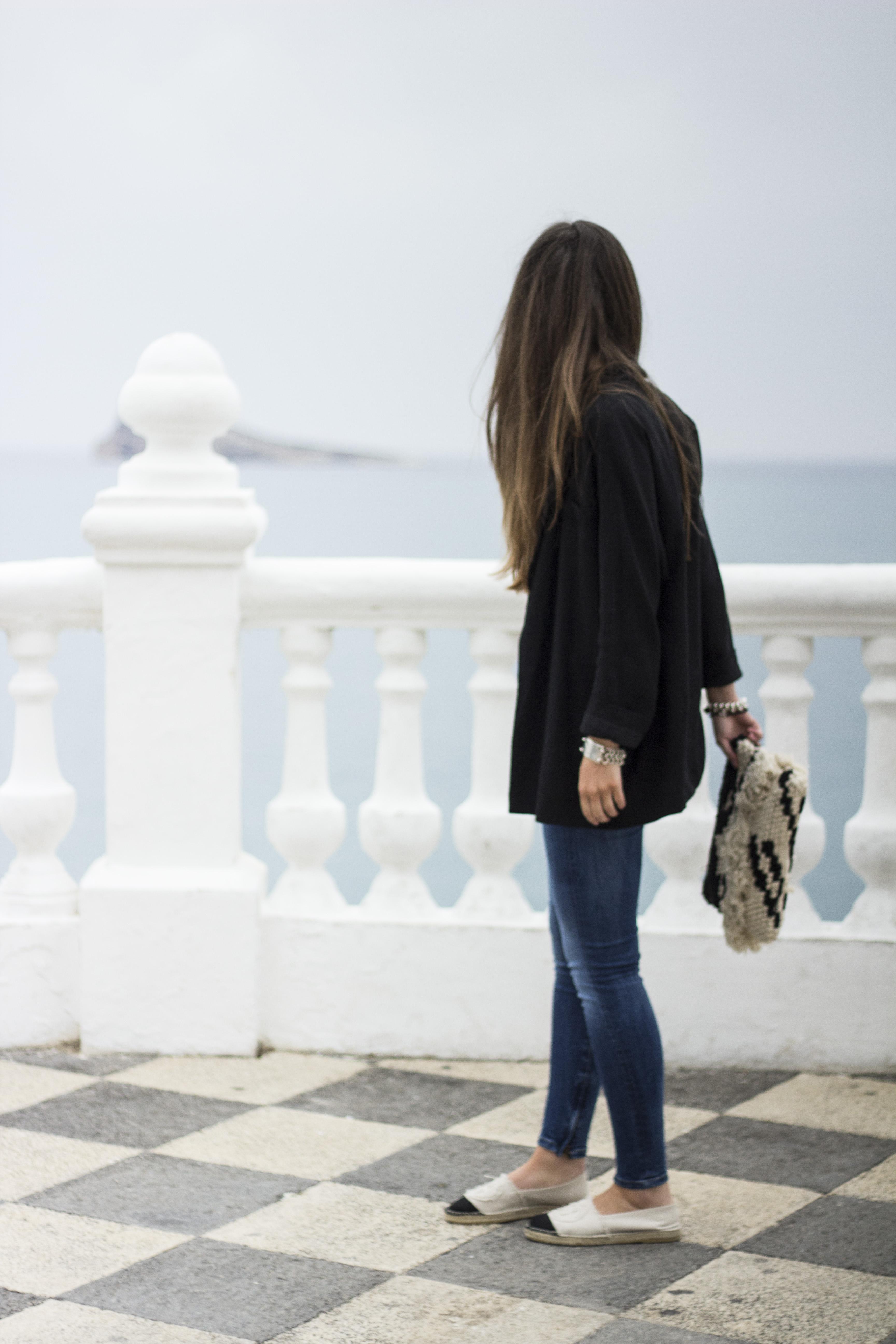 Kamiseta/Camiseta Zara \u2013 Blazer Zara \u2013 Jeans Pepe Jeans \u2013 Alpargata Gloria Ortiz \u2013 Poltsa/Bolso Mango \u2013 Eguzkitako betaurrekoak/Gafas de sol Prada